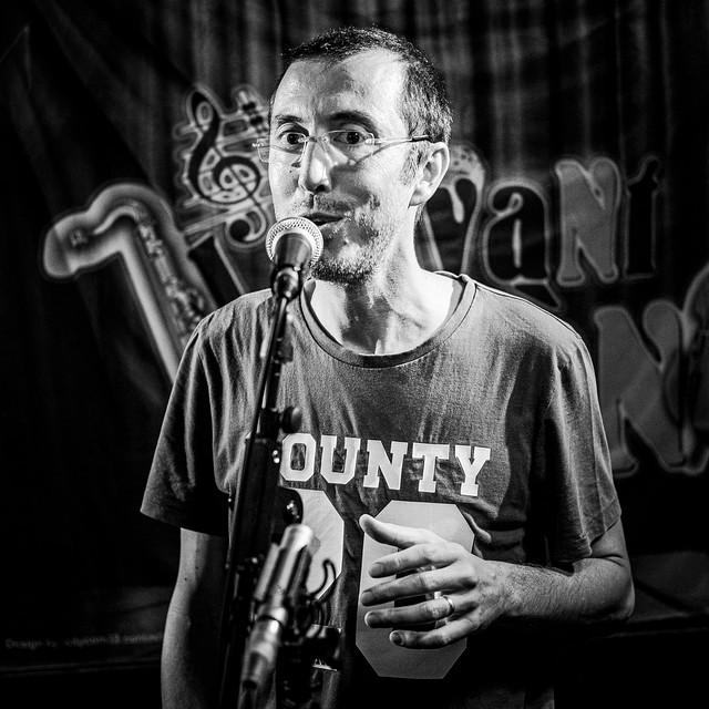 Slam du poete Vincent Pessama sur scène à bordeaux