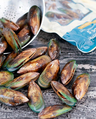 Wholeshell Greenshell Mussels and 1kg Omega pouch.jpg
