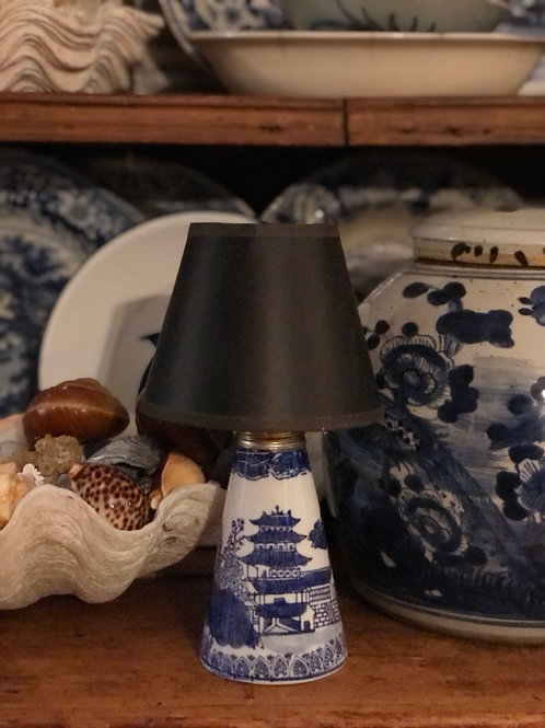 Blue willow oil lamp