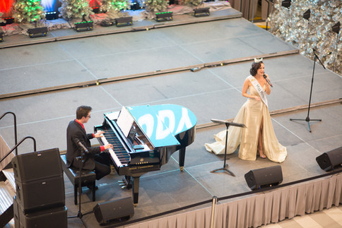 Miss Minnesota Kathryn Kueppers at MOA with Phineas Pope