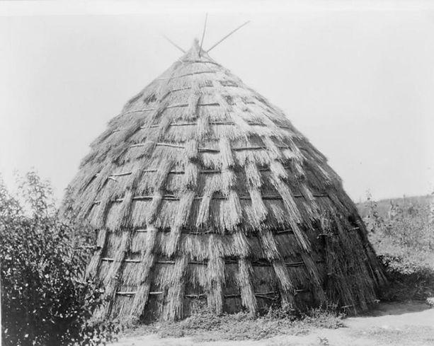 Wichita_grass_hut_Edward_Curtis_1930s_LOC-984x785.jpg