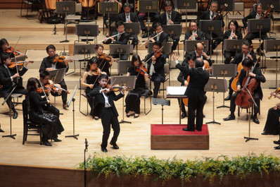 Stephen Kim Violin plays Shumann Concerto with Sendai Philharmonic.