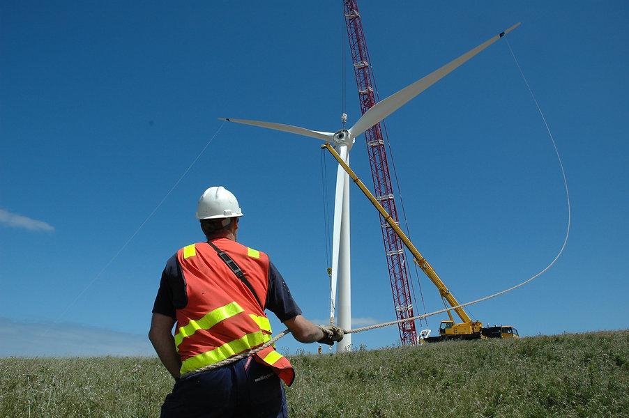 041120_Canunda Wind Farm_man with rope b