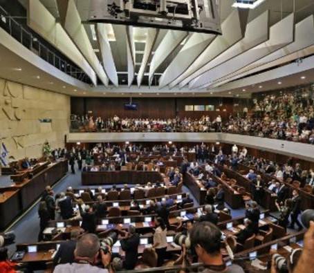 Le Parlement israélien a approuvé de justesse dimanche un nouveau gouvernement de coalition.