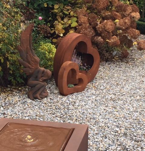 Brunnen Modern Art, Pflanzherzen und Engel Leila , rostfarben