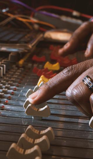 Manos usando el panel de control de grabación