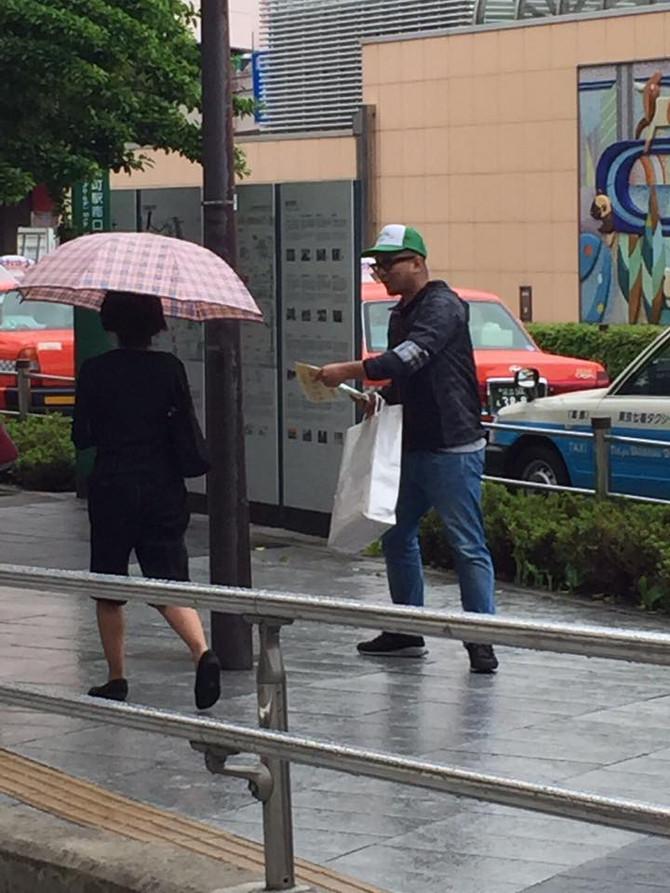 都税納税キャンペーンに参加し錦糸町駅前にてチラシ配布