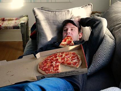 Consumare i pasti davanti a TV e tablet e preferire cibi pronti sono fattori fortemente predittivi