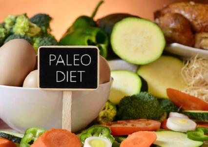 La Dieta Paleolitica, che esclude cereali, legumi, latticini, riducendo l'apporto di amidi resistent