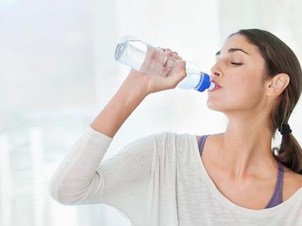 L'aumento di acqua riduce gli episodi di cistite nelle donne giovani e adulte