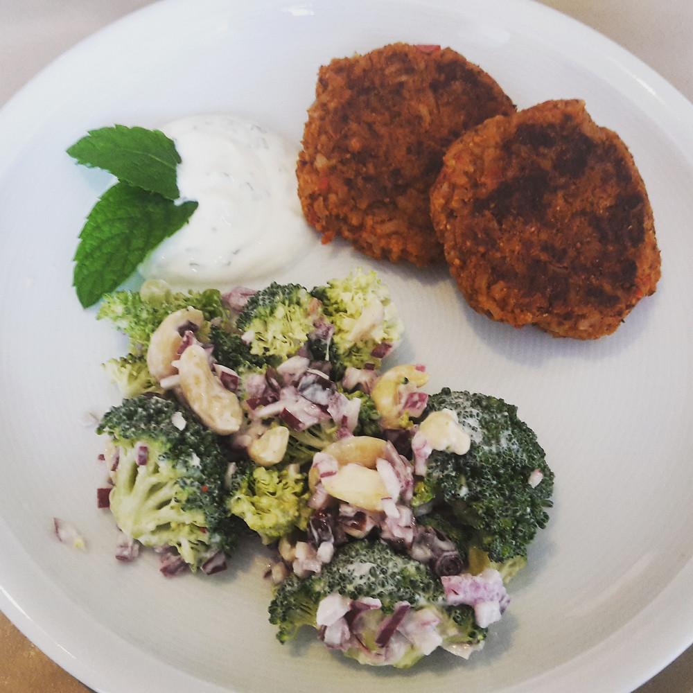 Brokkolisalat + Bohnen-Hanf-Laibchen