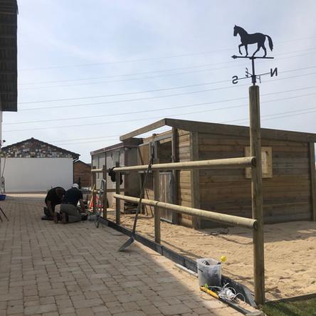 Construction d'un box terrasse et pose de nouveaux sols (pavés poreux et sable jaune pour la sortie)