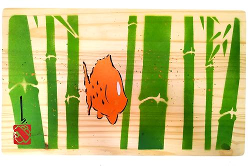 Poisson dans bois de bambous sur planche