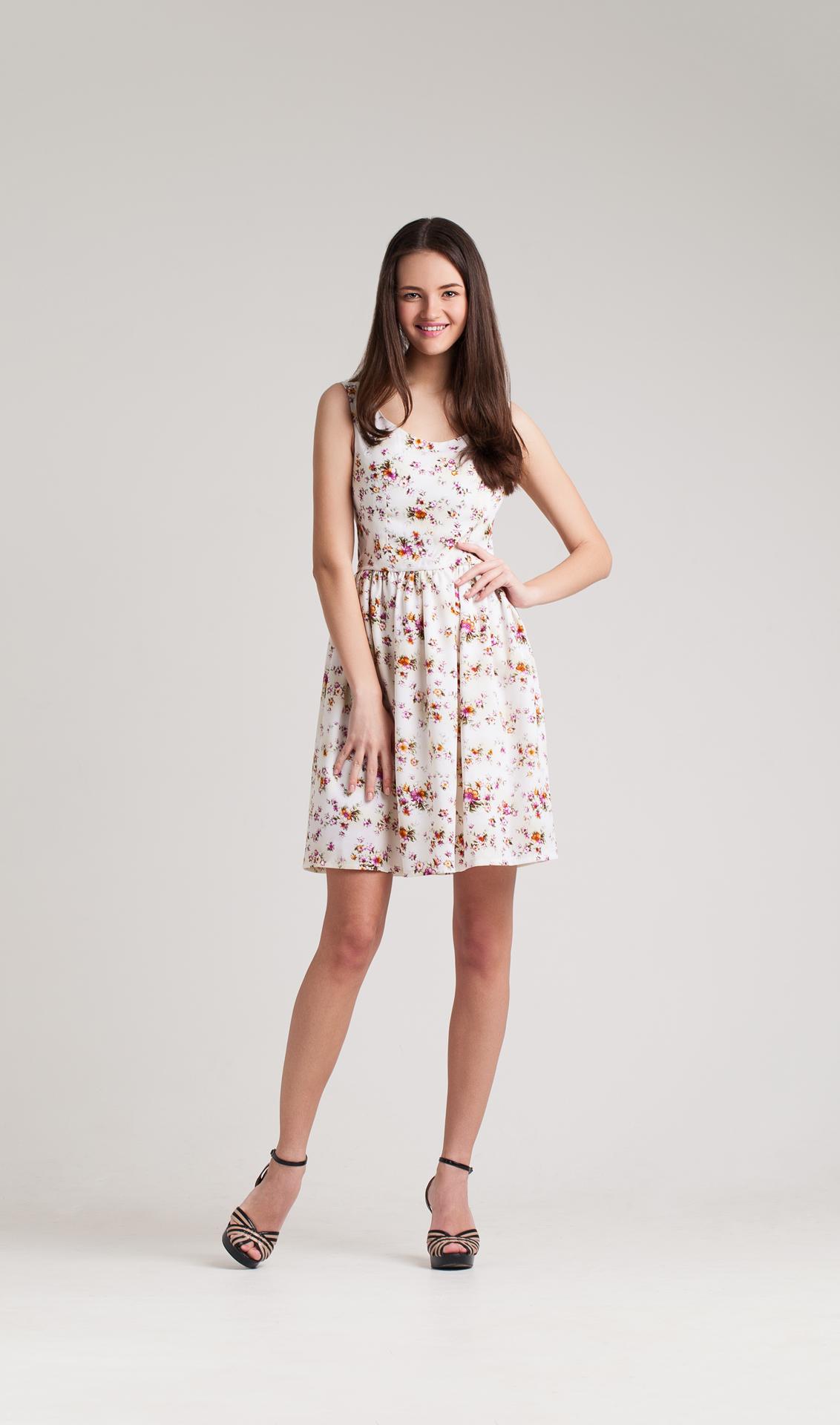 Modelo no vestido do verão