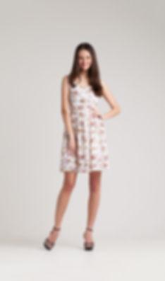 夏のドレスでファッションモデル