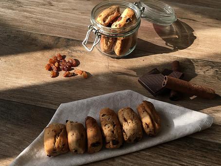 Biscotti alla cannella, uvetta e cioccolato
