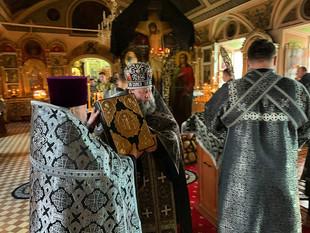 ЕПИСКОП НЕКТАРИЙ ВОЗГЛАВИЛ ВЕЧЕРНЕЕ БОГОСЛУЖЕНИЕ С ЧИНОМ ПАССИИ В КАФЕДРАЛЬНОМ СОБОРЕ