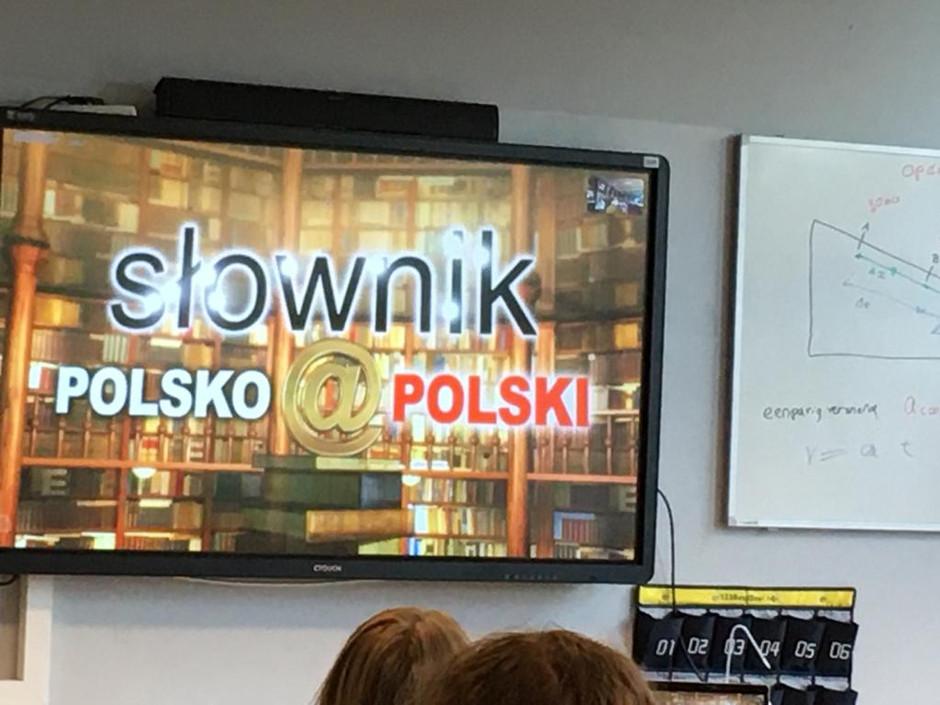 """Profesor Jan Miodek i uczniowie Szkoły Polskiej w Hadze                     w programie """"Słownik pol"""