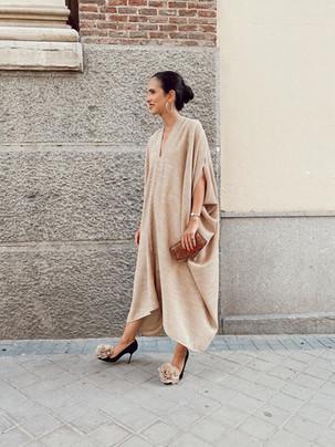 Vestido de invitada a medida oversize en tonos tierra