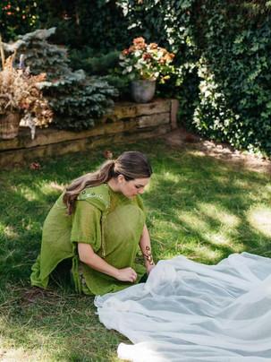 Vestido invitada a medida verde con capa