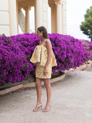 Diseño a medida de Poydel. Vestido de tirantes corto en estampado de tonos amarillos.