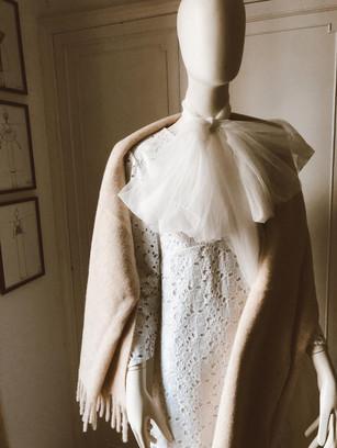 Vestido de novia a medida con bufanda beige