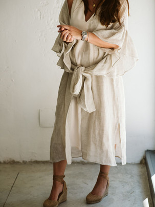 Vestido invitada neutro con alpargatas