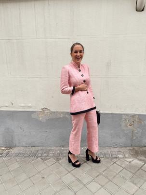 Invitada de traje rosa