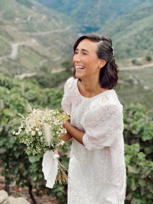 Novia a medida campestre con flores bordadas