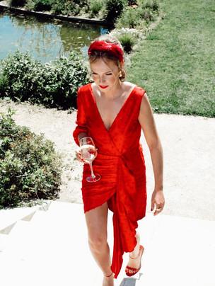 Vestido de invitada a medida asimétrico en rojo. Diseño de Poydel