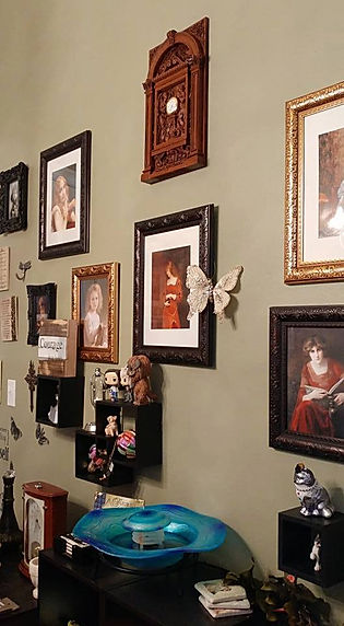 Kelly Sampson wall of art is crowned by a Titanic clock replica in 1/6 scale.
