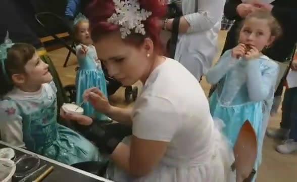 Aujourd'hui c'est l'anniversaire de notre princesse Anna et tous ses amis sont là pour célébrer ça 🎉 😍