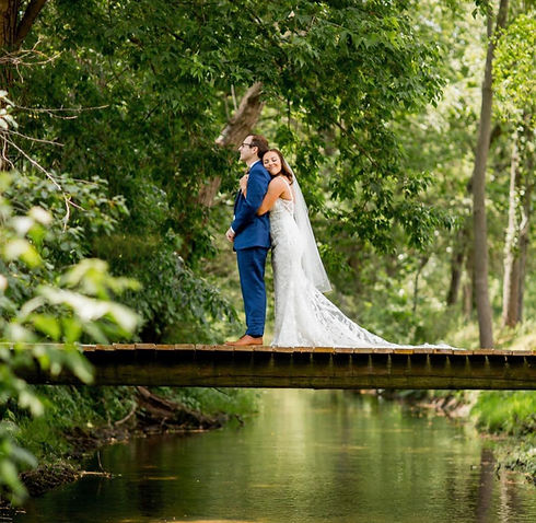 bride-groom-bridge-creek-blue-heron-barn