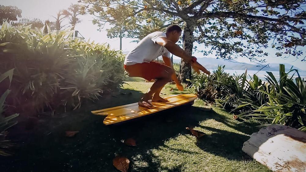 Surfista Carlos Bahia treinando com balance board, prancha de equilíbrio. Treino específico para o surf