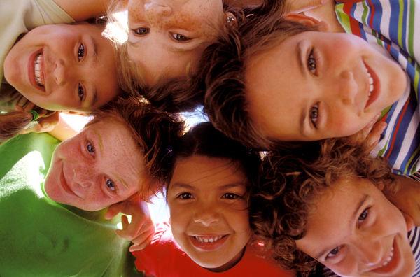 6 Enfants en ronde heureux de vous regarder