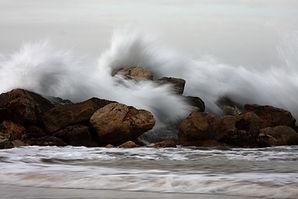 plage vagues sur rochers