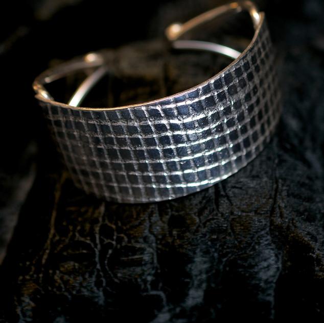 Bracelet manchette texturé