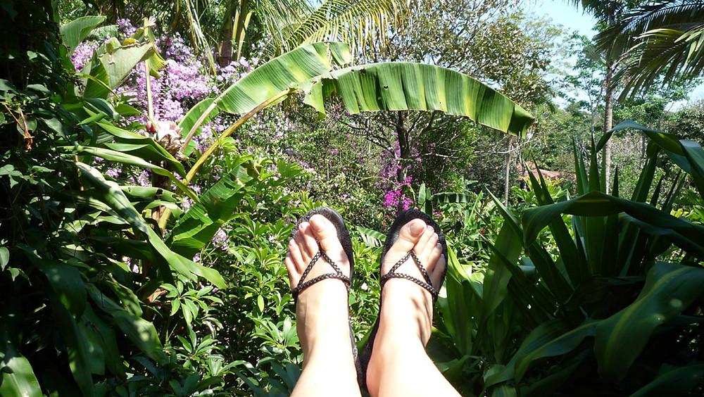 pieds au repos devant la nature généreuse d'un jardin tropical