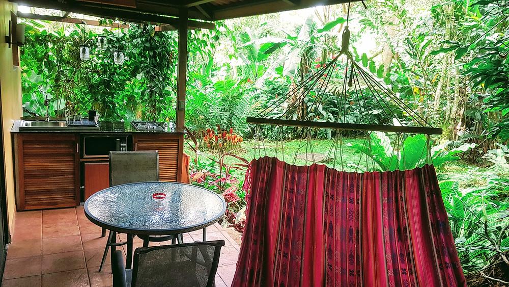 Une terrasse avec coin repas et hammac