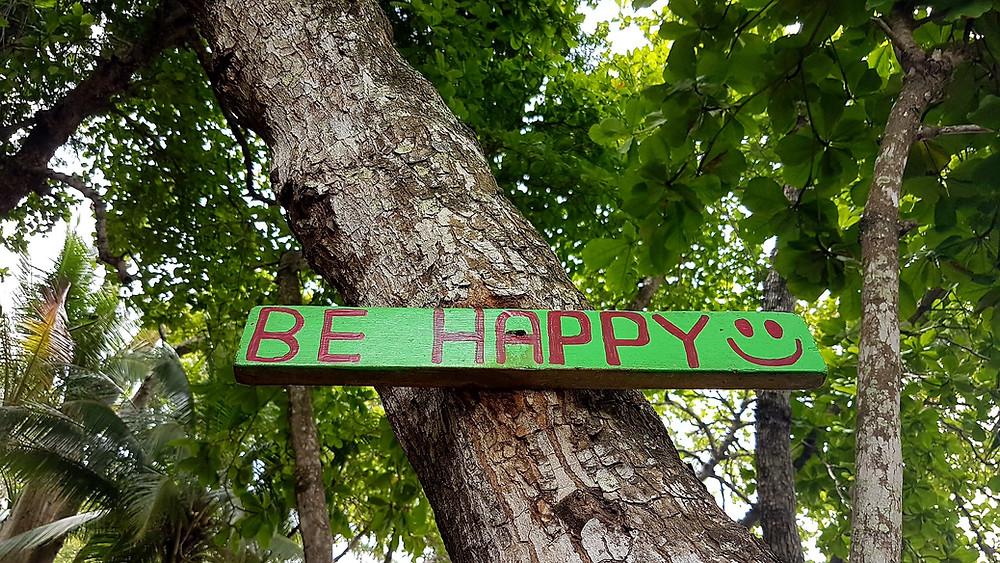 """pancarte """"be happy"""" sur un arbre"""