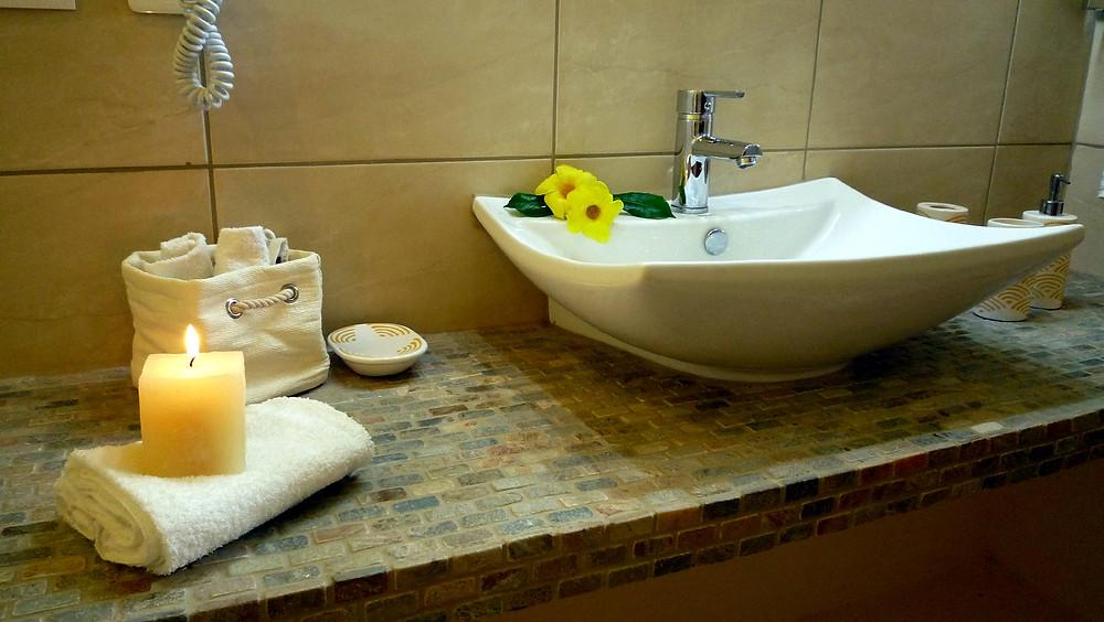 La pierre naturelle pour cette salle de bains éclatante