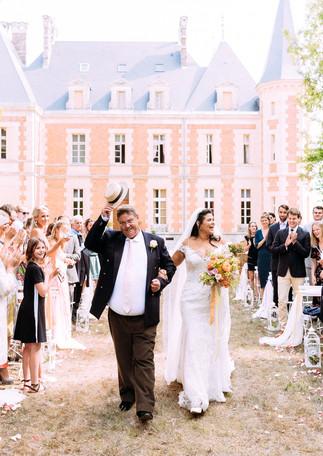 Joyeuse entrée à la cérémonie laïque au château -  Castle Joyful wedding ceremony entrance