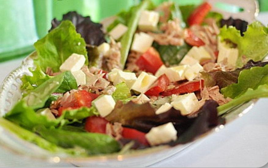 Großer Salat mit Thunfisch und Schafkäse