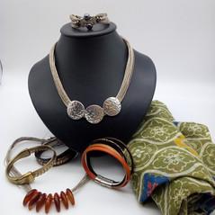 Bijoux en lin et métal, bracelets en cuir