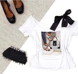 T-Shirt com Aplicação de Pedras e Laço