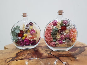 Arranjo de Flores Desidratadas na Garrafa Redonda