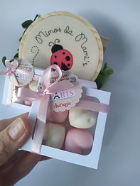 Lembrancinha de Caixinha em papel cartão com 4 sabonetes em formato de coração