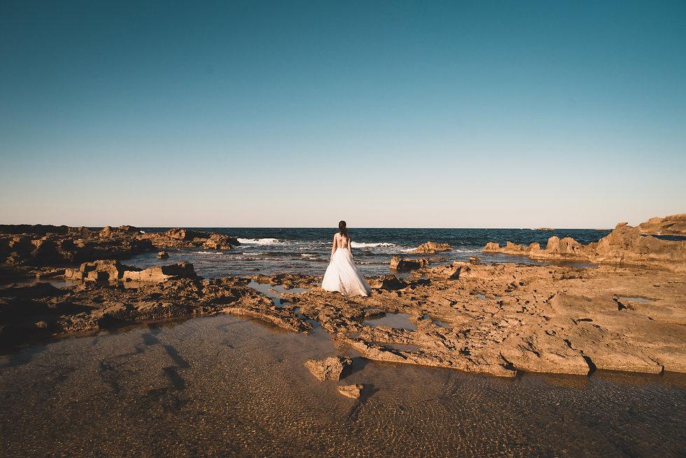 Νύφη κοιτάει τον ωκεανό