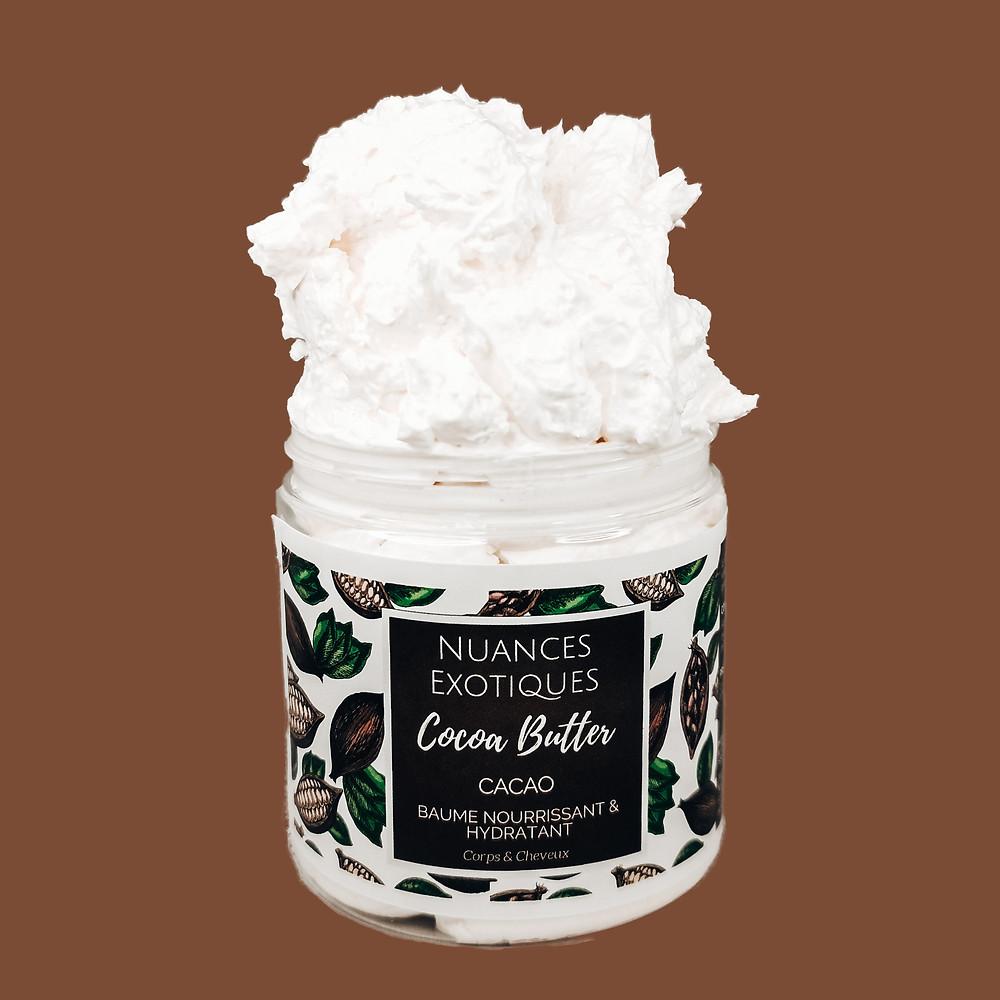 Le baume Cocoa Butter à la texture fondante et à la délicieuse odeur de chocolat est un véritable régal pour la peau et les cheveux. Le duo beurre de Karité, beurre de Cacao laissera votre peau douce et hydratée toute la journée.