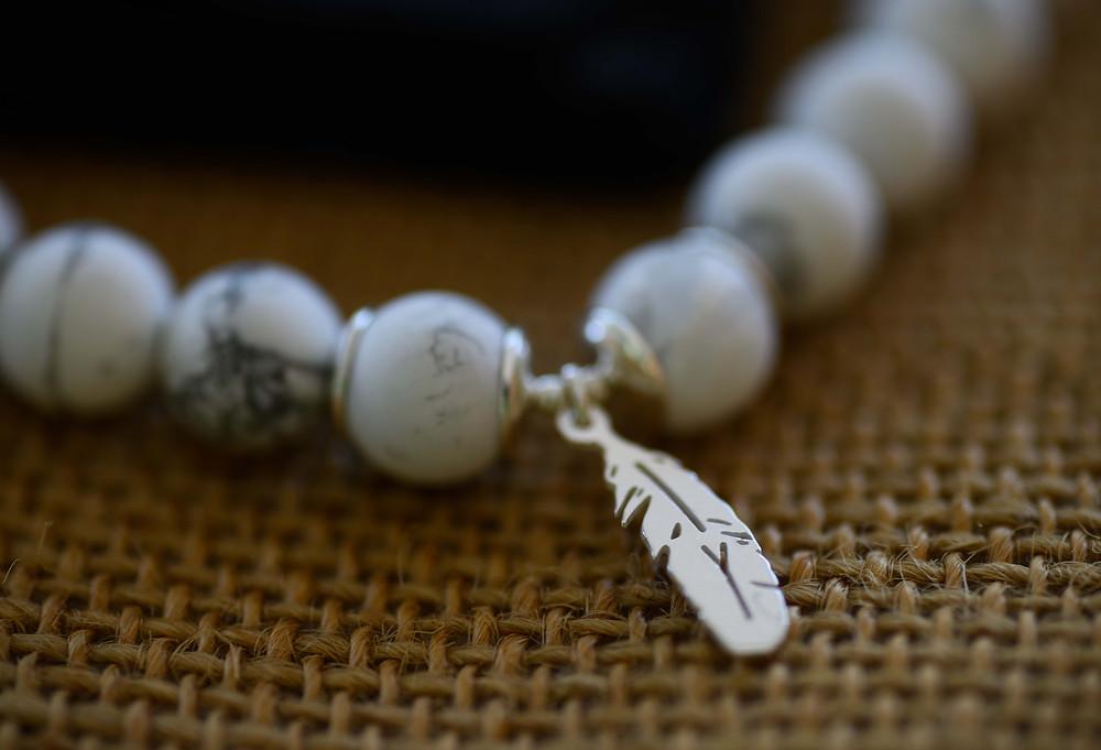 bracelet howlite, bracelet blanc, bracelet plume, bracelet argent, bracelet pierre naturelle, bracelet semi precieux, pierre semi precieuse, bracelet gemme, howlite, plume argent, barcelet fait main